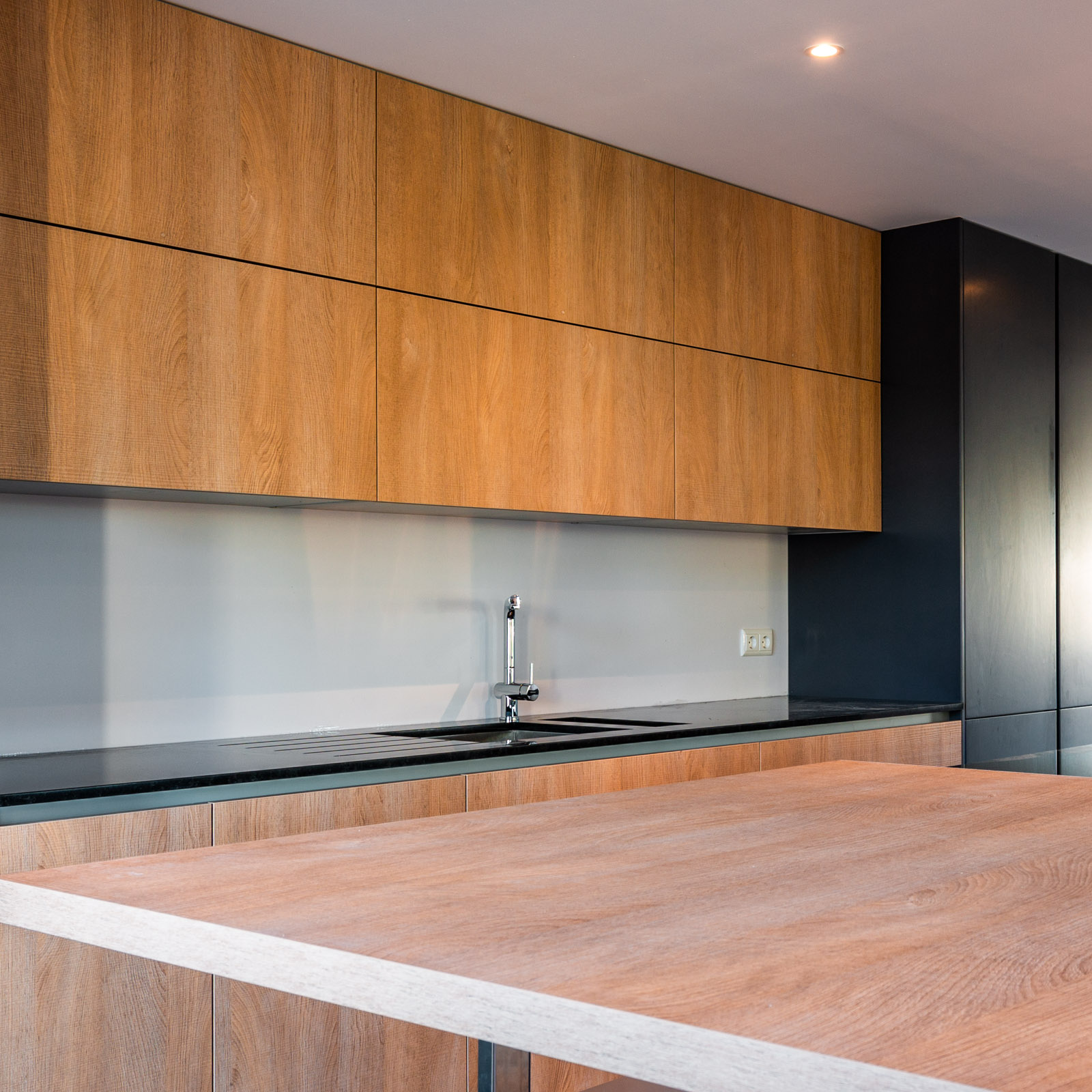 Handleless kitchen with island, anthracite lacquered matte and melamine fronts, lift system.