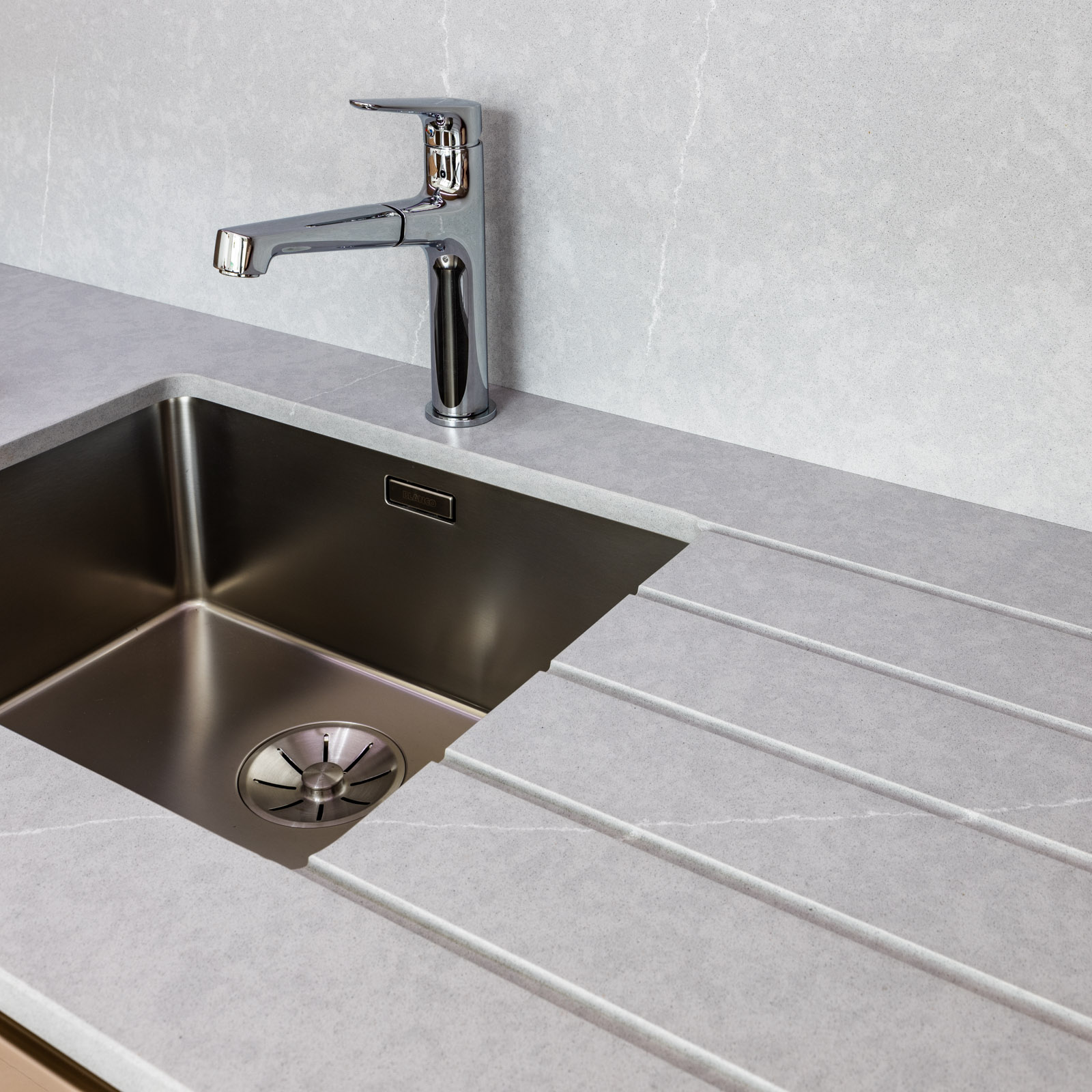 Drainer grooves in worktop and undermount sink
