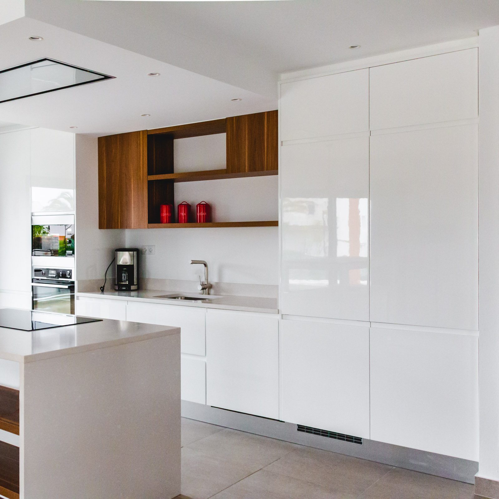 Handleless Modern Kitchen with white lacquered and melamine fronts