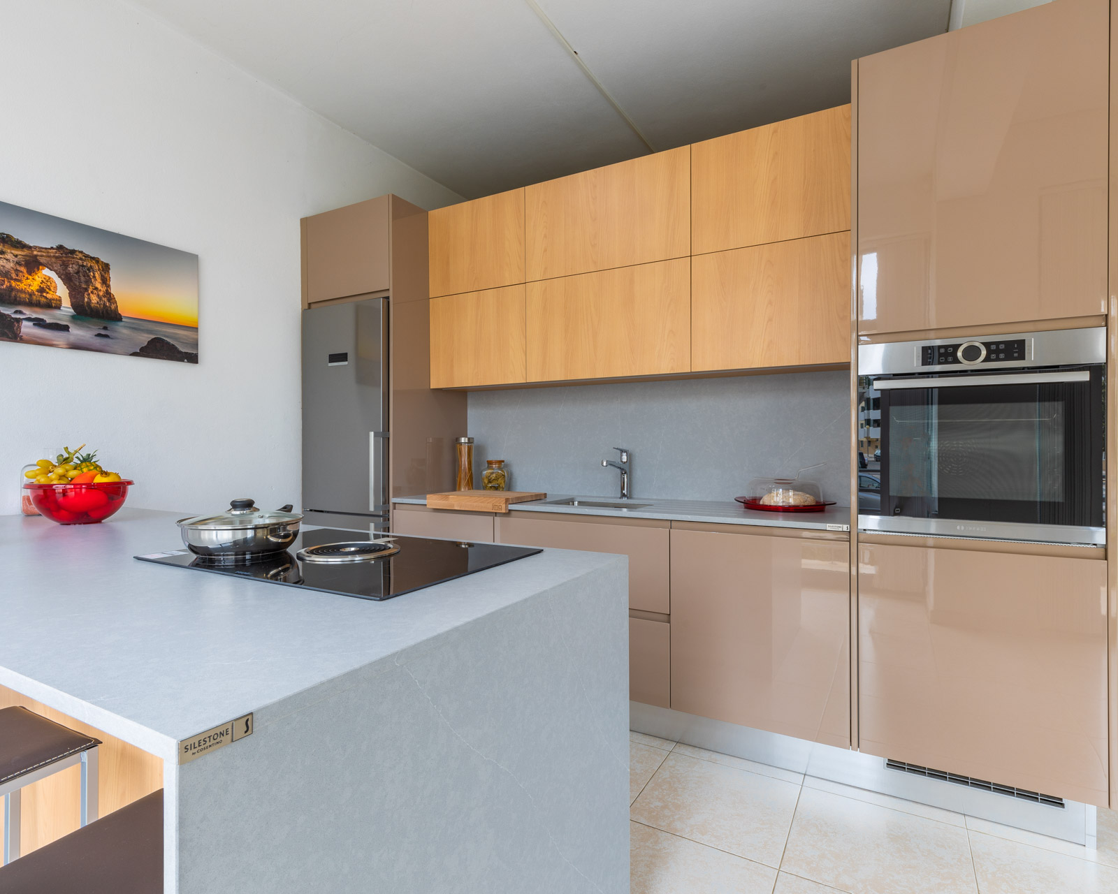 Kitchen in Showroom in Armação de Pêra, with lacquered and melamine fronts. Worktop and splashback Silestone.