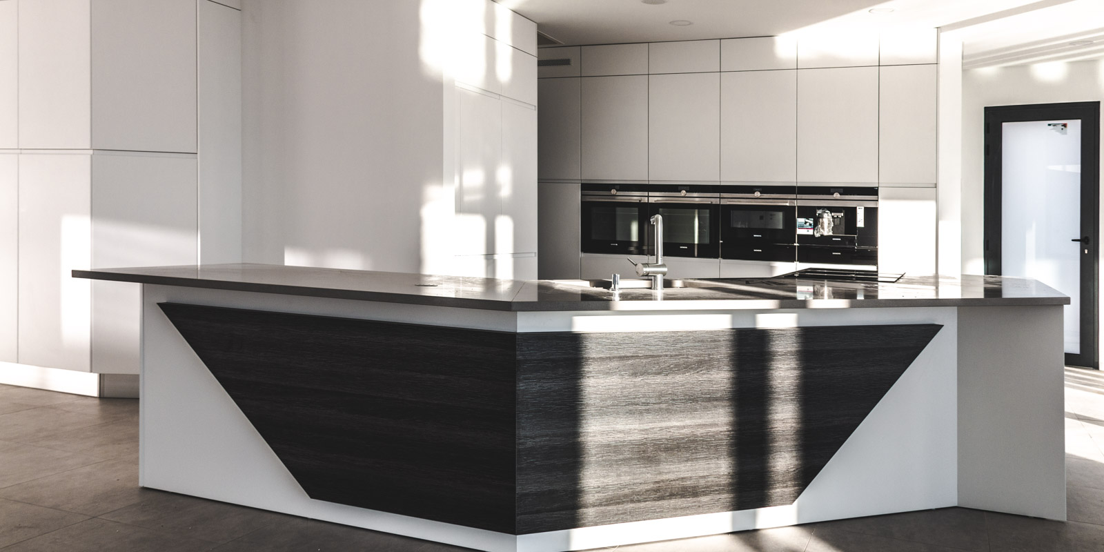 Handleless Modern kitchen with island, with white matte lacquered fronts