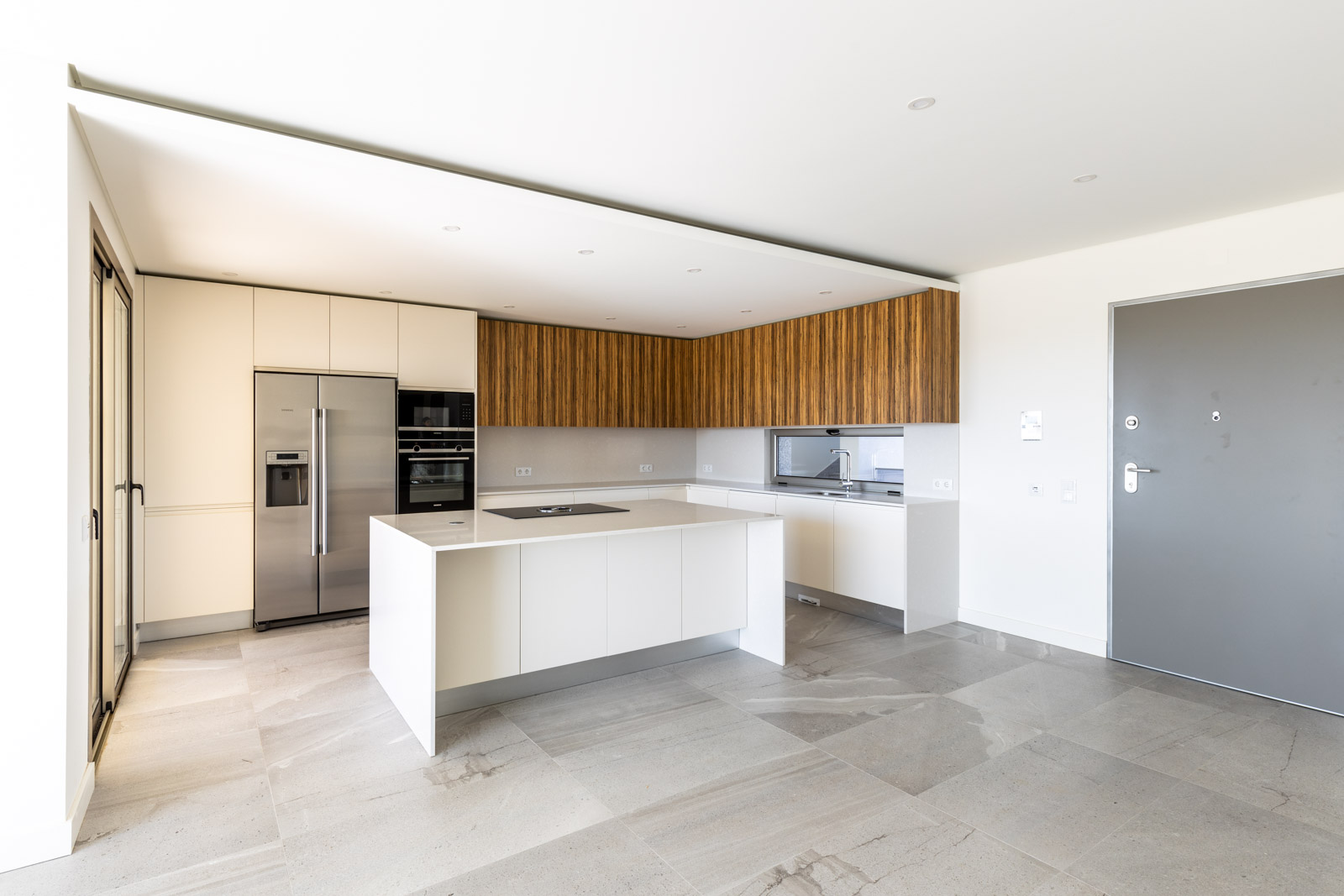 Handleless kitchen with island, white and zebrawood fronts and BORA Basic system