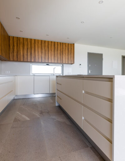 Handleless kitchen with island and white and zebrawood fronts