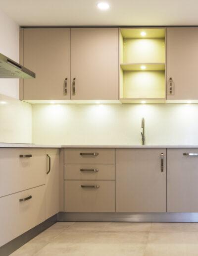 Kitchen with anti-fingerprint laminate fronts with LED illumination