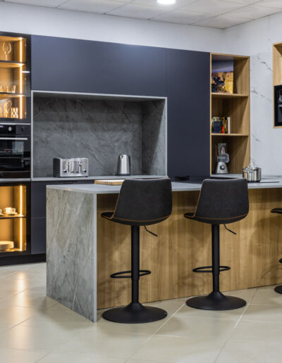 Kitchen in showroom with lacquered and glass fronts, in São Bartolomeu de Messines, Algarve
