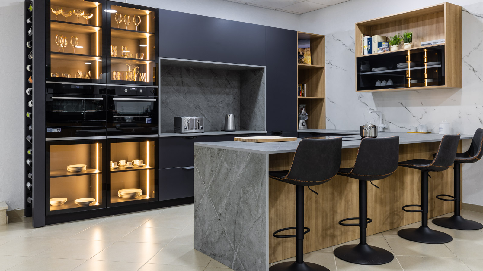 Kitchen with lacquered, glass and melamine fronts, in Showroom in São Bartolomeu de Messines