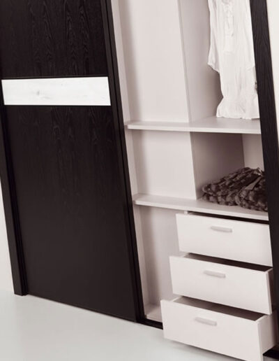 Closet's interior in pearl melamine with drawers.