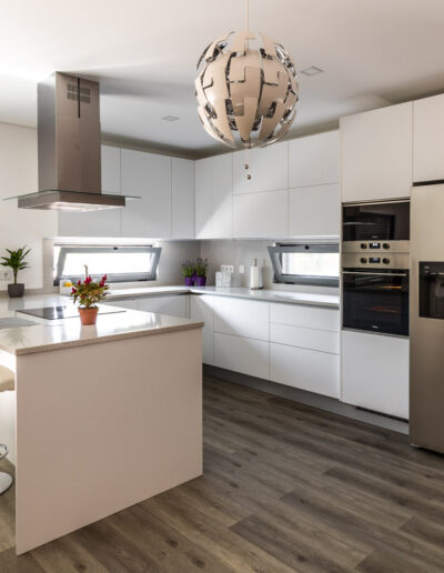 Handleless White Kitchen with laminate mate fronts and peninsula