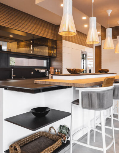 Handleless Modern Kitchen with island in Algarve. Kitchen white lacquered fronts and black worktop