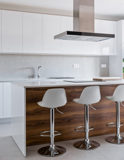 Handleless Kitchen with island, with fronts in white gloss laminate