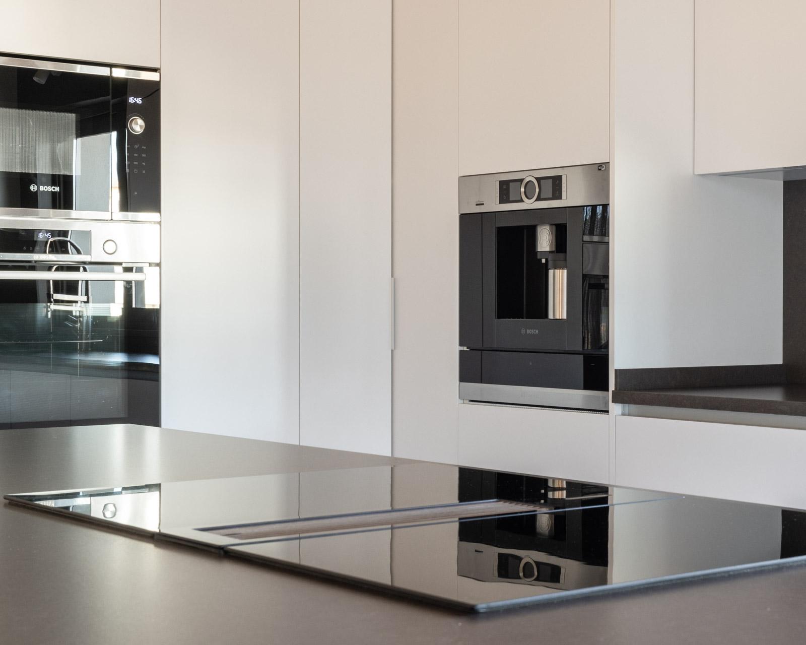 Cozinha moderna com máquina de café integrada no Algarve.