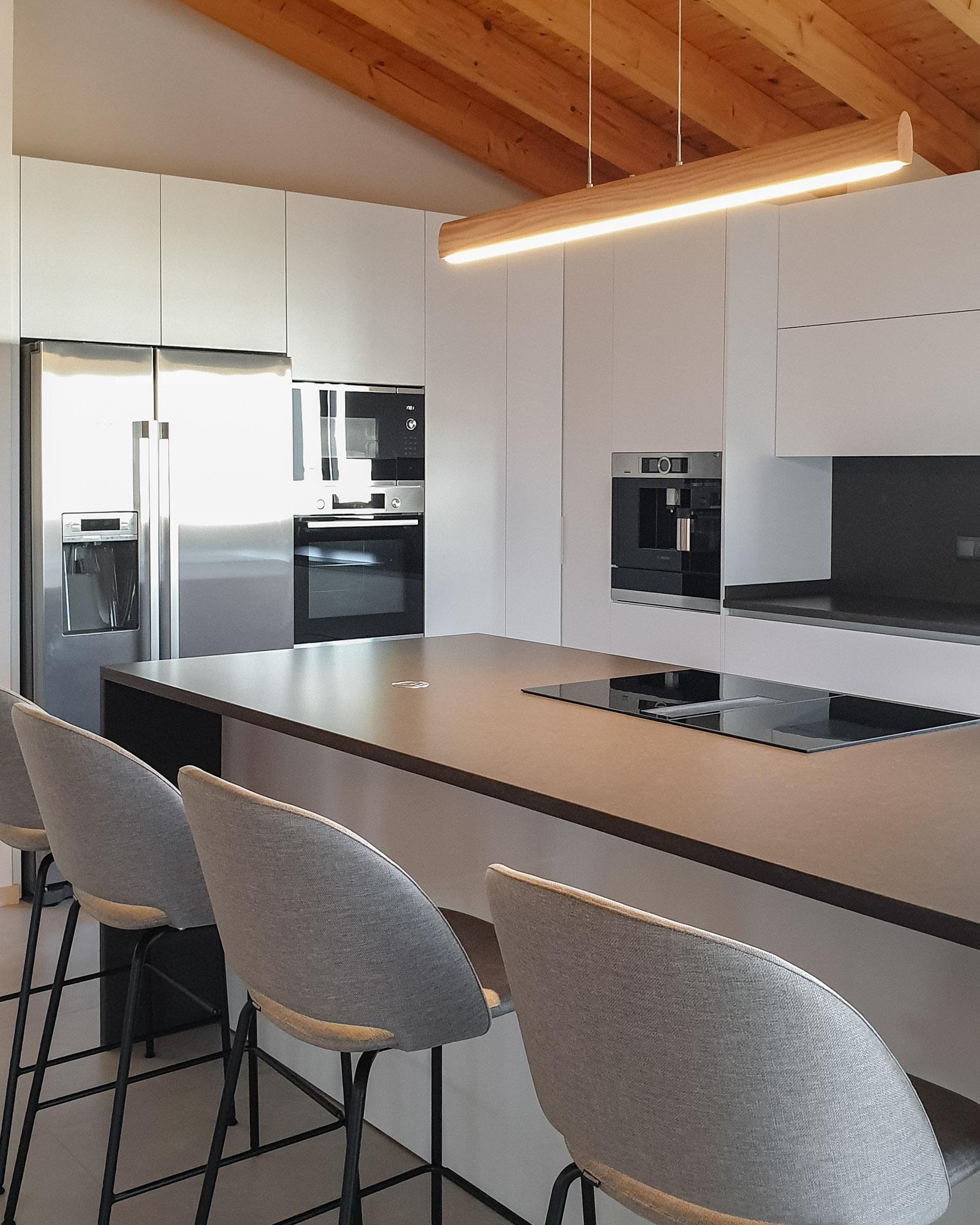 Cozinha moderna com máquina de café integrada.