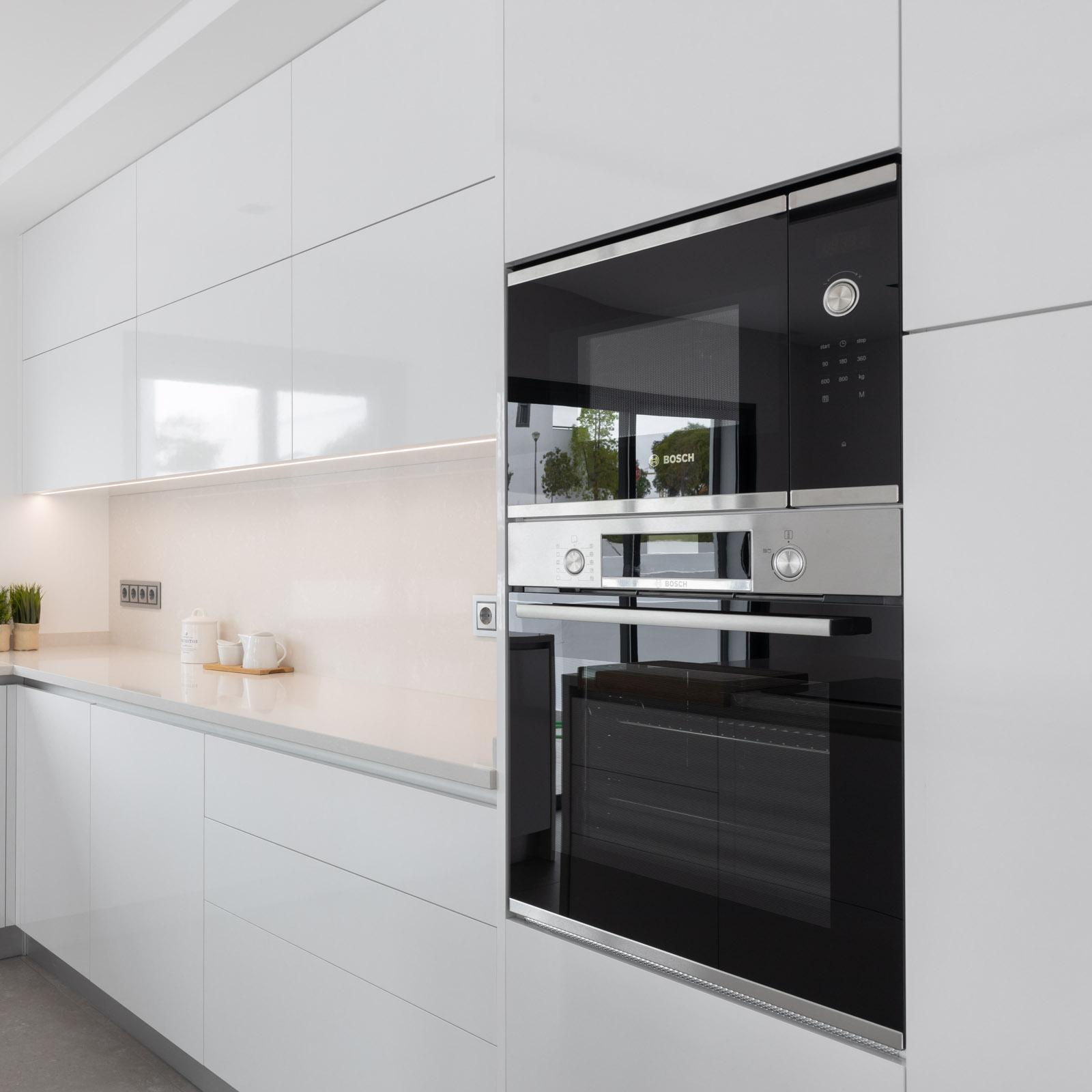 Coluna com forno e micro-ondas Bosch em cozinha branca