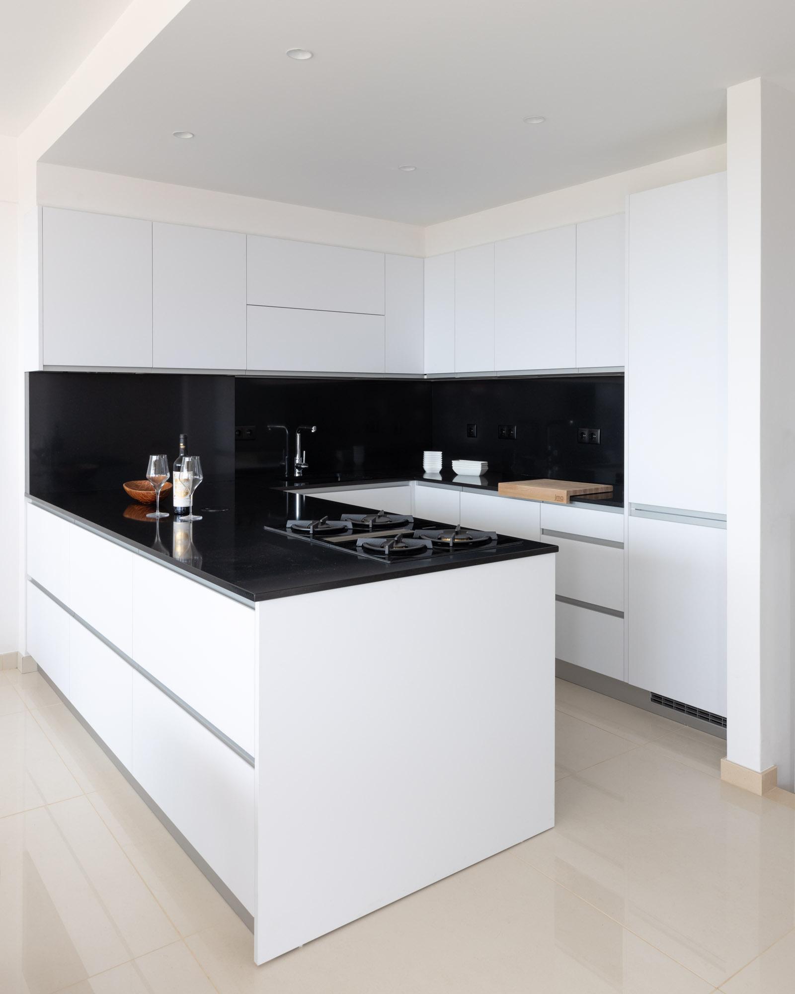 Cozinha branco brilho com Silestone Negro Tebas com BORA Classic a gás