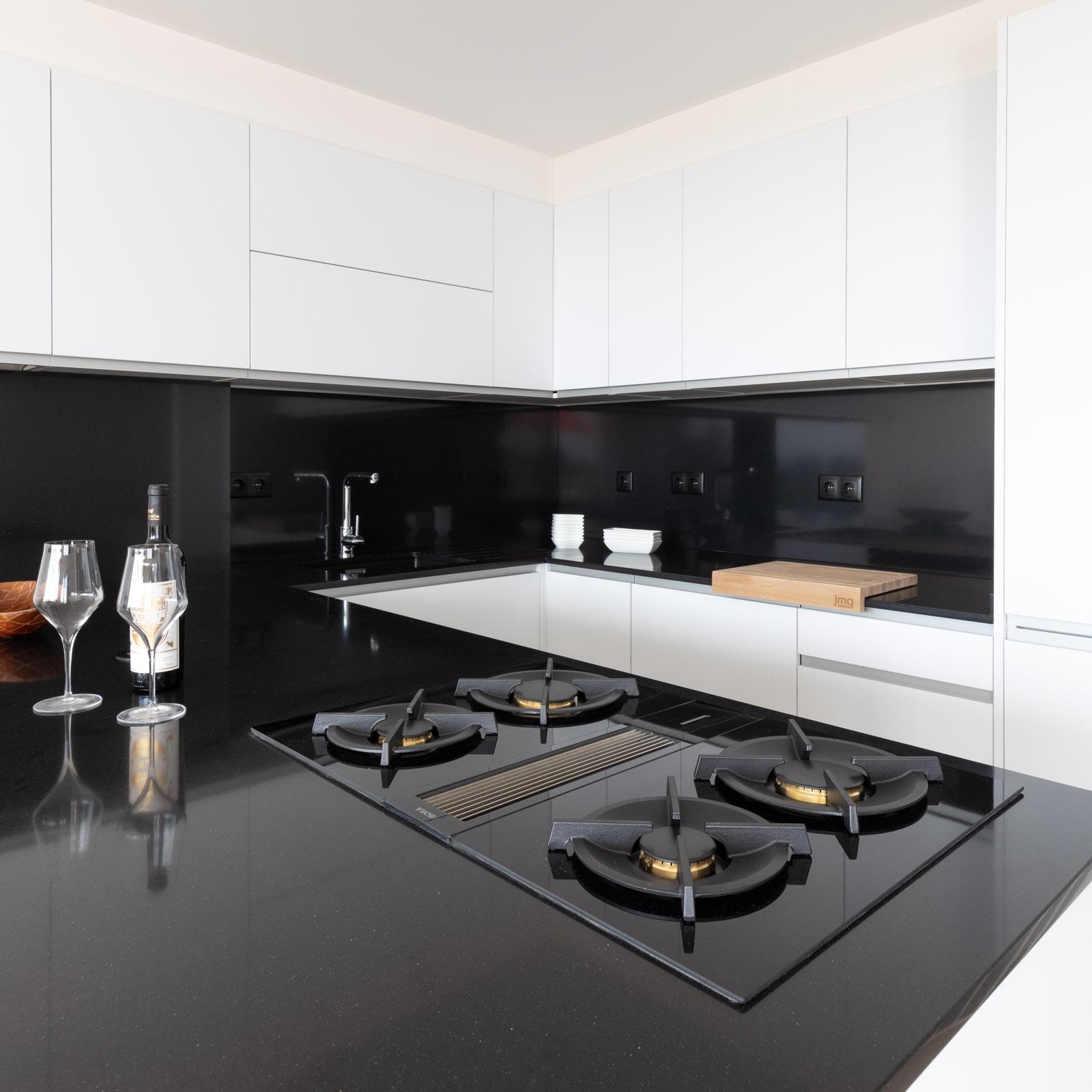 BORA Classic a gás em cozinha branco brilho com Silestone Negro Tebas