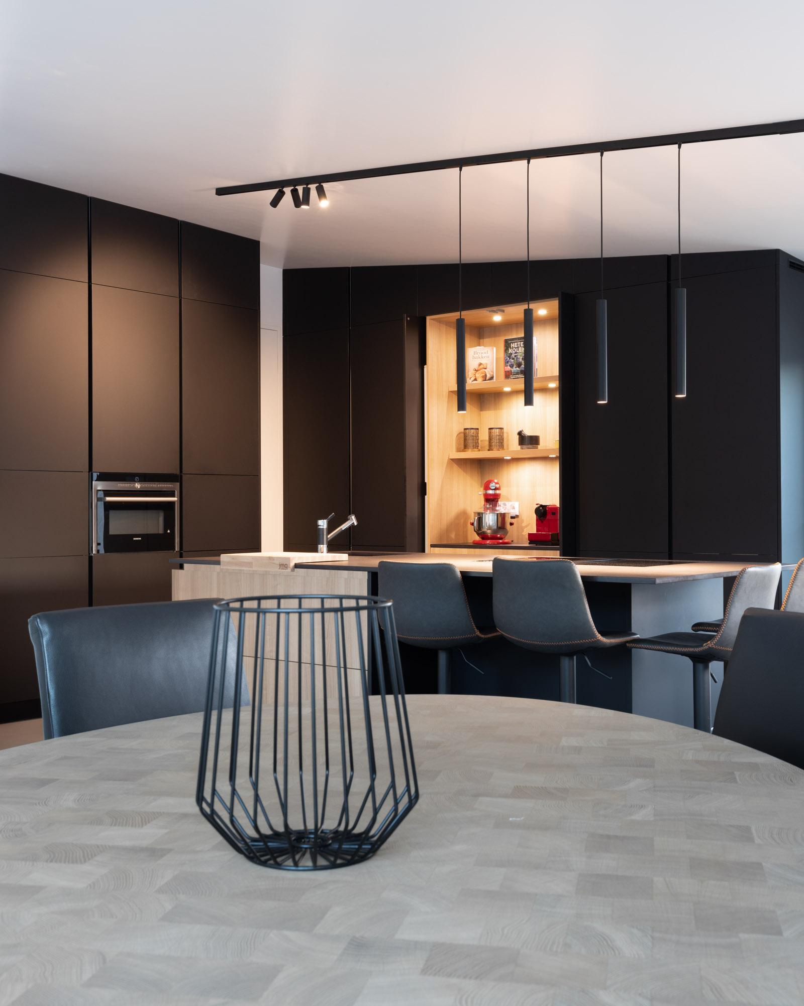 Cozinha JMQ com frentes em Fénix preto, bancada em Dekton Sirius e BORA Profissional All Black