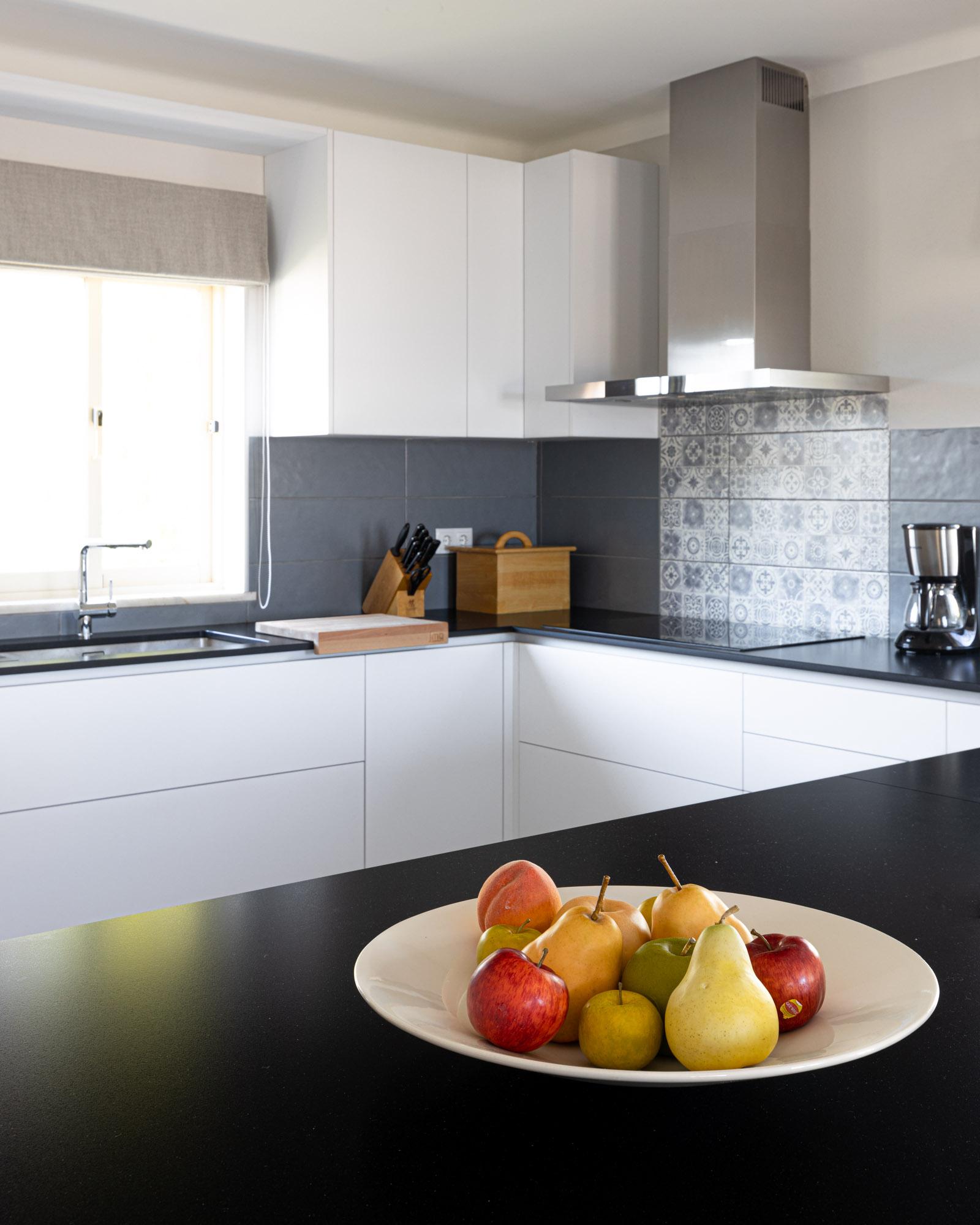Cozinha JMQ em Supermatt branco com bancada em Silestone Negro Tebas suede e equipamentos Bosch