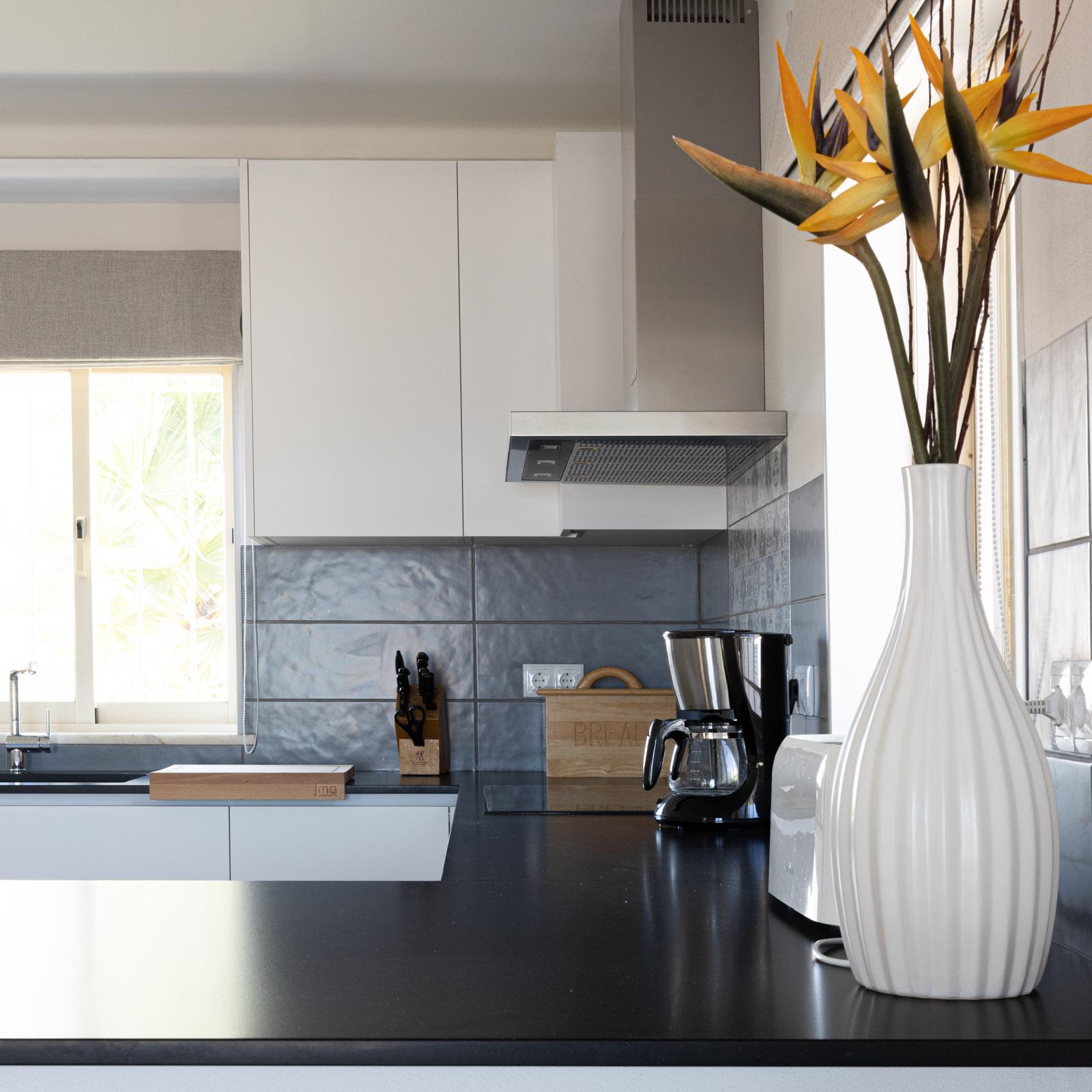 Cozinha JMQ em Supermatt branco com bancada em Silestone Negro Tebas suede, placa de indução e exaustor Bosch